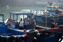 Fartyg och livsstilen på Qui Nhon fiskar port, Vietnam i morgonen Royaltyfri Fotografi