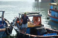 Fartyg och livsstilen på Qui Nhon fiskar port, Vietnam i morgonen Arkivbilder