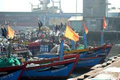 Fartyg och livsstilen på Qui Nhon fiskar port, Vietnam i morgonen Arkivfoto