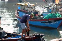 Fartyg och livsstilen på Qui Nhon fiskar port, Vietnam i morgonen Royaltyfria Bilder