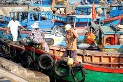 Fartyg och livsstilen på Qui Nhon fiskar port, Vietnam i morgonen Arkivbild
