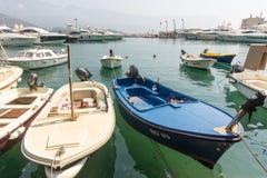 Fartyg och marin- yacht på pir av den gamla Budvaen, Montenegro Arkivfoto