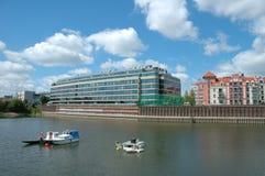 Fartyg och modern byggnad på den Warta floden i Poznan, Polen Royaltyfri Fotografi