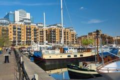 Fartyg och moderna hus på St Katarine ansluter i London, England Royaltyfri Bild