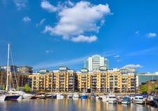 Fartyg och moderna hus på St Katarine ansluter i London, England Arkivfoto