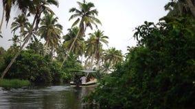 Fartyg- och palmträdavkrok i Indien Timelapse lager videofilmer
