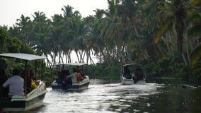 Fartyg- och palmträdavkrok i Indien Timelapse stock video