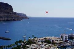 Fartyg och paraglider i den mogan puertoen de Royaltyfri Fotografi