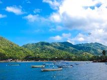 Fartyg och parasailing på den blåa mexikanska stranden Arkivbild