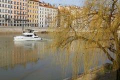 Fartyg och Quai Helgon-Vincent i Lyon Royaltyfria Bilder
