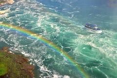 Fartyg och regnbåge Arkivbild