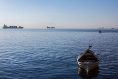 Fartyg och skepp på det Aegean havet på den Thessaloniki sjösidan i Grekland Arkivfoto