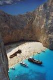 Fartyg och skeppsbrott sätter på land på den Zakynthos ön Arkivfoto