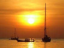 Fartyg och solnedgång i Thailand Royaltyfri Foto
