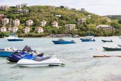 Fartyg och strålen skidar vid tropiska semesterorter Fotografering för Bildbyråer