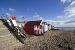 Fartyg och stranden förlägga i barack på den Thorpe Bay stranden, Essex, England arkivfoton