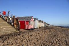 Fartyg och stranden förlägga i barack på den Thorpe Bay stranden, Essex, England royaltyfria bilder