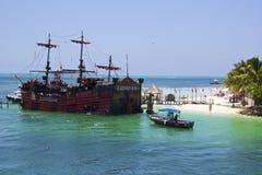 Fartyg och stranden i Cancun hotellområde, Mexico Arkivbilder