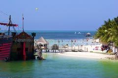 Fartyg och stranden i Cancun hotellområde, Mexico Royaltyfria Bilder