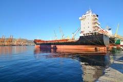 Fartyg och tankfartyg på industriområdet av Drapetsona Grekland Royaltyfria Foton