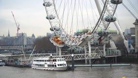 Fartyg och Thames River i centrala London med den London Eye pir, London, Förenade kungariket stock video