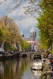 Fartyg och traditionella hus av cannalgatan i hösten Amsterda Royaltyfri Fotografi