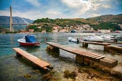 Fartyg och Tudjman bro i Dubrovnik Arkivfoton