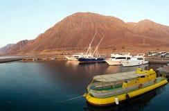 Fartyg och yachter är i hamnen. Arkivfoto