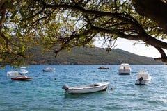 Fartyg och yachter anslöt på pir i fjärden av Montenegro Fotografering för Bildbyråer
