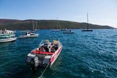 Fartyg och yachter anslöt på pir i fjärden av Montenegro Arkivfoto