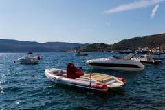 Fartyg och yachter anslöt på pir i fjärden av Montenegro Royaltyfria Bilder