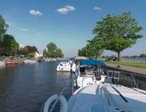 Fartyg och yachter som förtöjas på Sanktt-Anne-de-Bellevue Kanal Royaltyfri Fotografi