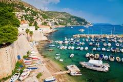 Fartyg och yachter i den gamla porten av Dubrovnik Royaltyfri Foto