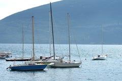 Fartyg och yachter i en fjärd av Adriatiskt havet Arkivbild