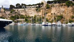 Fartyg och yachter i fjärd av Nice, vattentransport, sommarturism, riviera semesterort arkivfoton