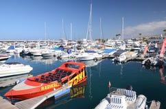 Fartyg och yachter i klubba för Puerto kolonyacht i Costa Adeje på Tenerife Fotografering för Bildbyråer