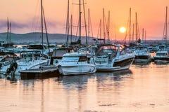 Fartyg och yachter på pir i hamnstaden av Sozopol, Bulgarien royaltyfria bilder
