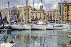 Fartyg och yachter som parkeras i den LaCala fjärden, gammal port i Palermo, Sicilien arkivbild