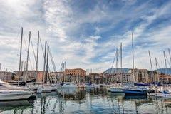 Fartyg och yachter som parkeras i La Cala, skäller, gammal port i Palermo royaltyfri foto