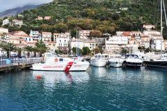 Fartyg på Amantea port Italien Arkivfoto