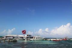 Fartyg på amigosna Del Mar ansluter i San Pedro, Belize Royaltyfria Bilder