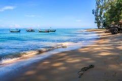 Fartyg på ankaret på den Nai Yang stranden royaltyfria bilder