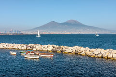 Fartyg på ankaret på en bakgrund av Vesuvius Royaltyfri Fotografi