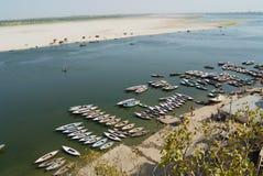 Fartyg på banken av det heliga Gangeset River i Varanasi, Indien arkivbild