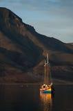 Fartyg på bergbakgrunden Royaltyfri Bild
