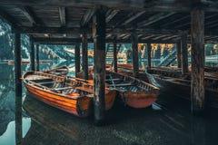 Fartyg på Braies sjön Pragser Wildsee i Dolomitesmounta Royaltyfria Foton