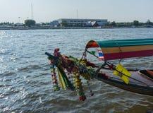 Fartyg på Chao Praya River till Wat Arun, templet av gryning, Bangko Fotografering för Bildbyråer