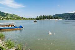 Fartyg på Danube River i Durnstein, Wachau, Österrike Royaltyfri Bild