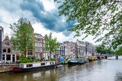 Fartyg på den Amsterdam kanalen Arkivbilder
