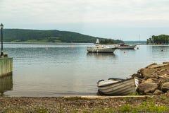 Fartyg på den Baddeck stranden royaltyfri foto